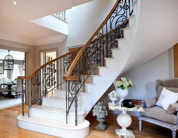 Облицовка плиткой: ступени лестницы внутри дома, наружная отделка керамогранитом, укладка крыльца, фото и видео