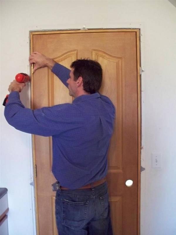 Замена межкомнатных дверей: своими руками в квартире, видео, как поменять самому и снять наличники, демонтаж